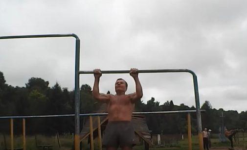 Ką 70 metų amžiaus žmogus gali padaryti ant skersinio? Prisitraukimai su apsivertimu