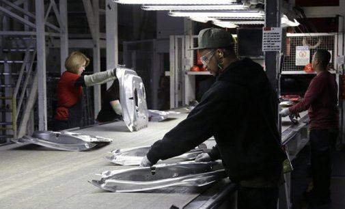"""""""Teslos"""" gamykloje klesti diskriminacija ir viršnorminis darbo laikas. O jūs manėte, kad dirba robotai?"""