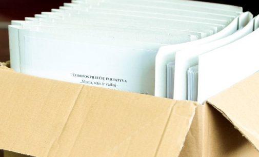 """Europos piliečių iniciatyvos """"Mama, tėtis ir vaikai"""" atstovai VRK įteikė 50 tūkst. piliečių parašų"""