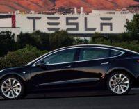 """Pirmieji pirkėjai jau gavo """"biudžetinį"""" Tesla elektromobilio modelį"""