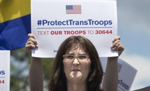 Trampas uždraudė į JAV kariuomenę priimti transeksualus