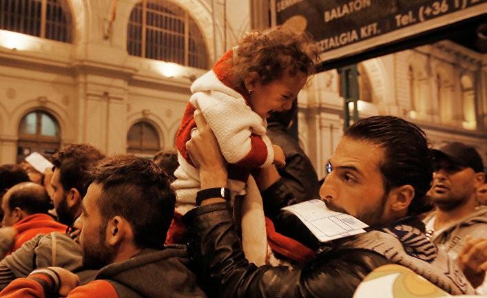 migrantas su verkiančiu vaiku