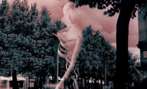"""Romo Juškelio fotografijų ciklas """"Žmonės ir Manekenai"""", tekstų mozaika"""