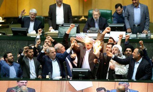 """""""Mirtis Amerikai!"""": Irano parlamente buvo sudeginta JAV vėliava"""