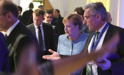 """Europa neis į dialogą su JAV su """"pistoletu prie smilkinio"""""""