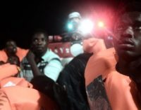 Šimtai pabėgėlių įstrigo jūroje: Italija atsisako juos įsileisti