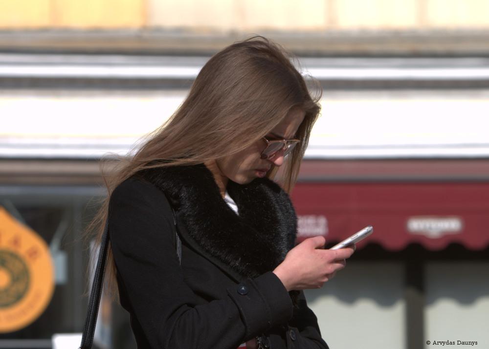 Mergina su telefonu