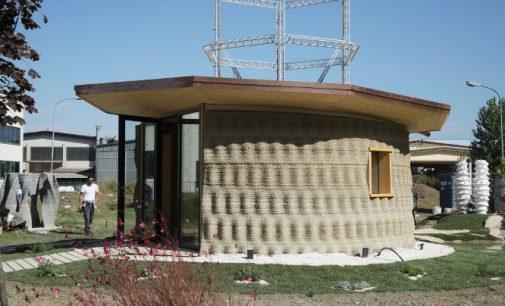 Gyvenamasis namas iš žemės ir šiaudų už 900 eurų, 3D spausdintuvu