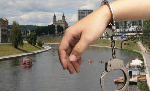 Teismas leido suimti keturis teisėsaugos atstovus įtariamus korupcine veikla