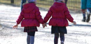Supainioti embrionai: moteris išnešiojo ir pagimdė dvynukus, kurie pasirodė esą ne jos