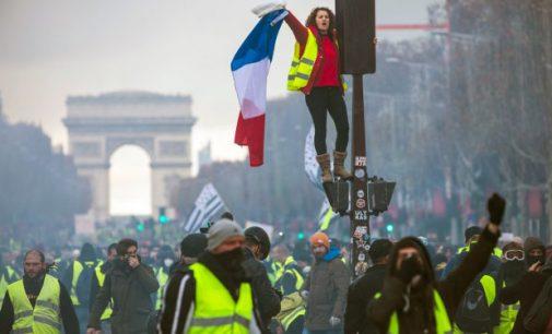 Prancūzija: Makronas pasidavė – bus atšaukti mokesčiai ir padidintas atlyginimas