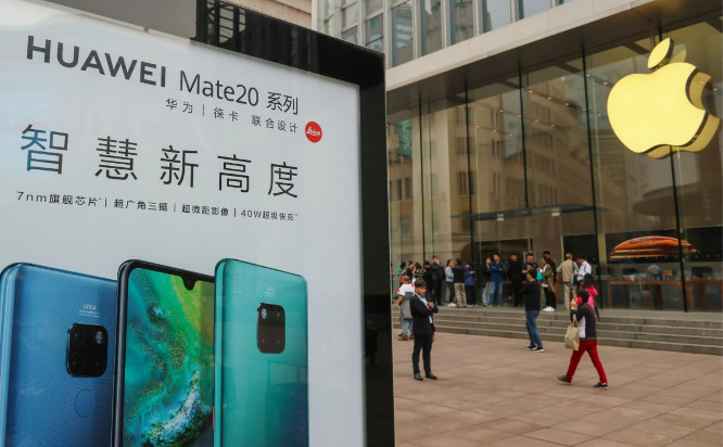 Huawei stendas prie Apple biuro | REUTERS