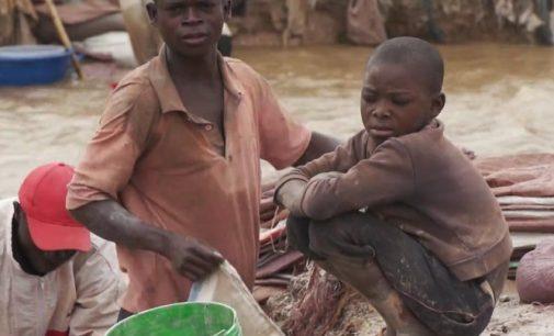 Kongo vaikai moka, kad mes važinėtume elektromobiliais