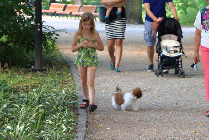 Mergaitė su šuniuku