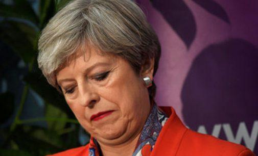 Theresa May patyrė vieną iš labiausiai žeminančių pralaimėjimų Britanijos istorijoje