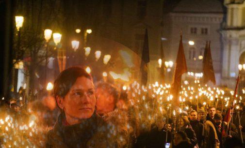 Vasario 16 eitynės su deglais, nuo Aušros vartų Vilniuje