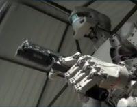 Robotui Fedorui atsisakė tiekti detales, kai sužinojo, kad jis išmoko šaudyti