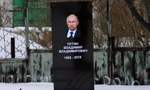 """Tatarstane buvo suimti du aktyvistai pastatę """"antkapį Putinui"""""""