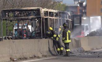 Teraktas Italijoje: imigrantas nuvarė autobusą su 50 mokinių ir jį padegė
