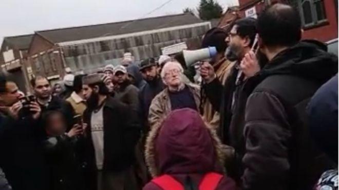 Tėvų protestai   BBC nuotr.