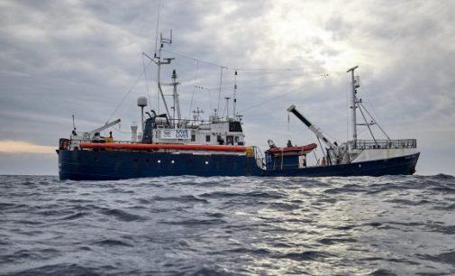 Laivas su migrantais laukia ES leidimo kur galėtų nuleisti inkarą