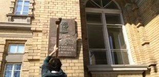 Seimo konservatoriai ragina Vilniaus merą R. Šimašių atstatyti sudaužytą Jono Noreikos-Generolo Vėtros atminimo lentą