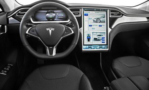 Tesla elektromobiliai patys užsako sugedusias detales