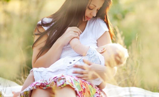Mama maitina kūdikį