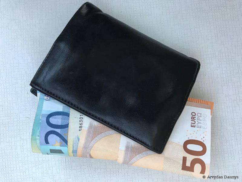 Piniginė su pinigais