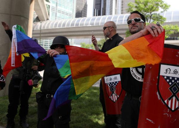 PLėšo LGBT vėliavą