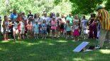 Tradicinių šeimų susitikimas Bernardinų sode, LGBT parado fone