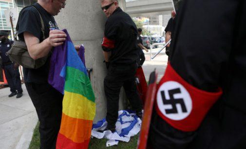Amerikiečių neonacistai nusišlapino ant Izraelio vėliavos ir suplėšė LGBT vėliavą