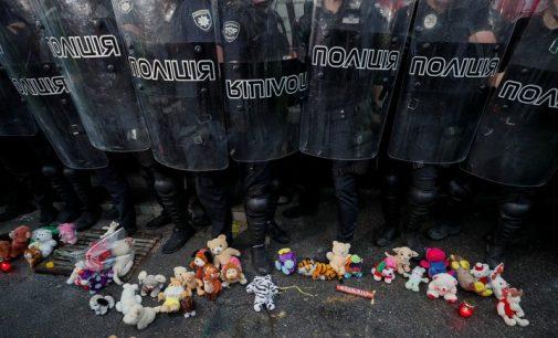 Ukrainiečiai reikalauja atstatydinti VRM ministrą A. Avakovą dėl vaiko nužudymo