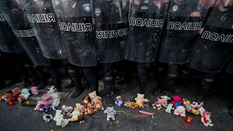 Žaislai prie Ukrainos policininkų kojų