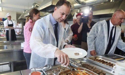 """""""Atnaujinti patiekalų receptai vaikams ir ligoniams, tikiu, maloniai nustebins"""", – sako ministras A. Veryga"""