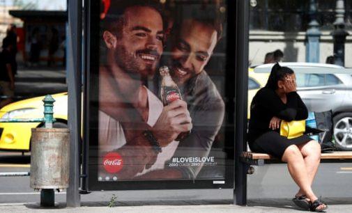 Vengrijoje kviečiama boikotuoti Coca-Cola už tos pačios lyties asmenų santykių reklamą