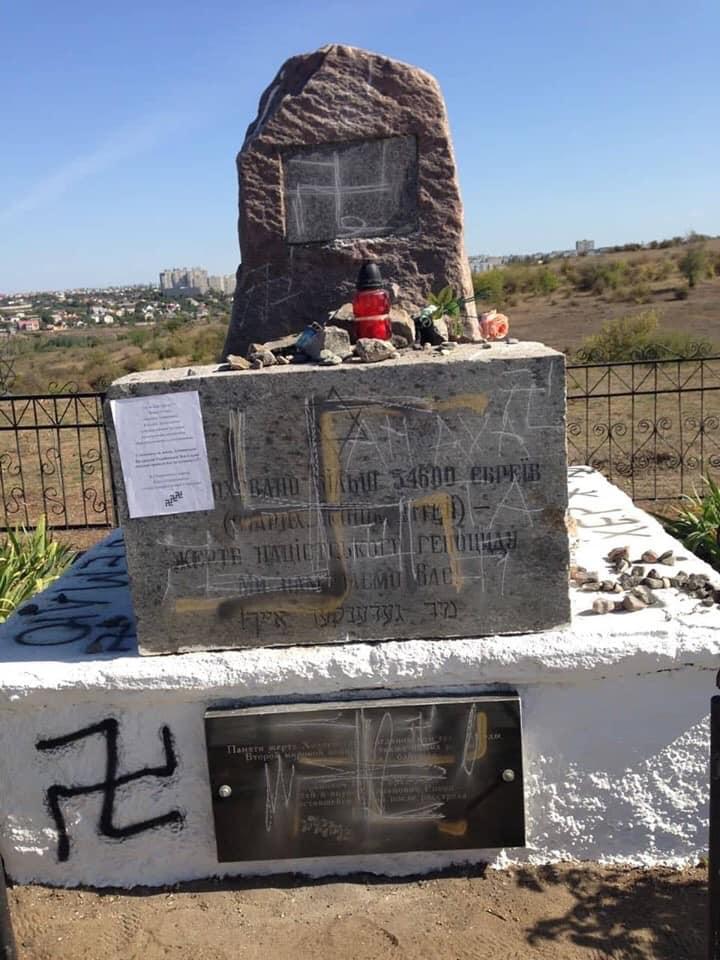 Paminklas nužudytiems žydams išpieštas svastikomis
