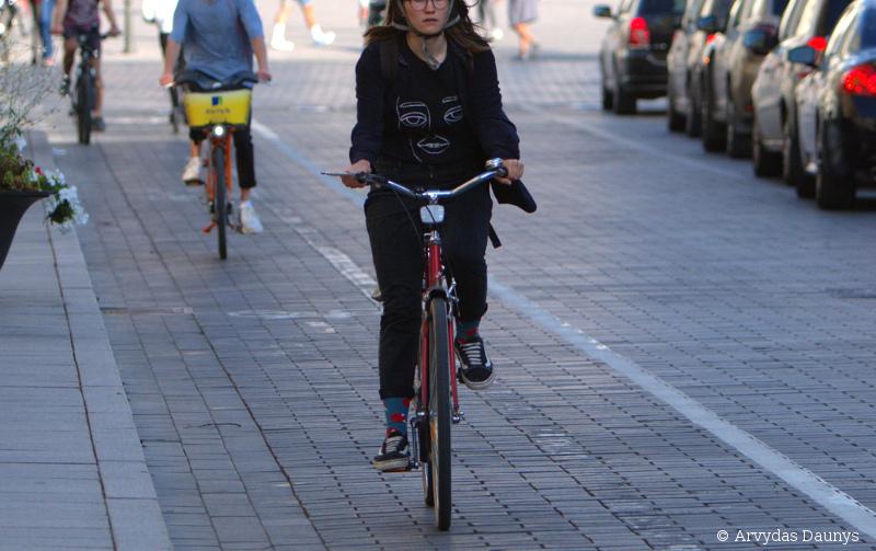 Moteris važiuoja dviračiu