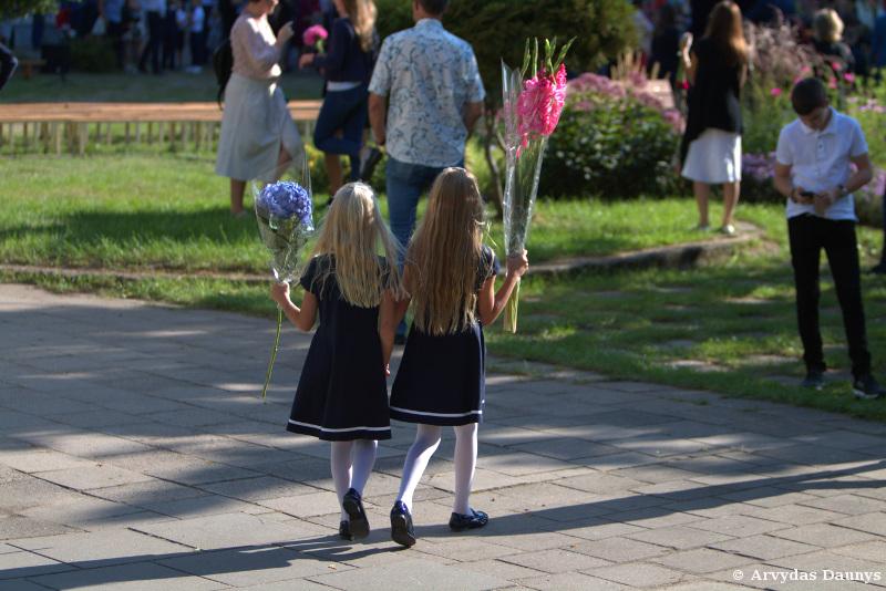 Su gėlėmis į mokyklą