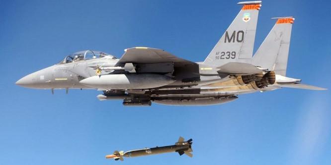 F15 bombarduoja