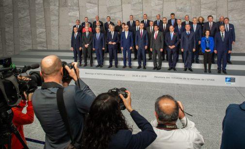 """""""Tik vieningai veikdami pasieksime tikslų kovoje prieš ISIL"""", pareiškė Karoblis NATO gynybos ministrų susitikimo metu"""