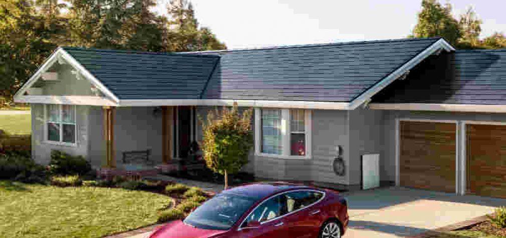 """Tesla pristatė paruoštas masiniam naudojimui saulės baterijų """"čerpes"""" namų stogams"""