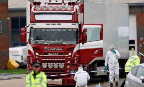 Anglija: vairuotojas vilkiko, kuriame buvo aptikti 39 kūnai apkaltintas žmogžudyste