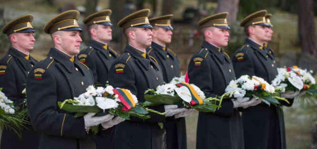 Kažkada šalies vadovai gėles ant pagarbos vertų žmonių kapų dėdavo savo rankomis. Dabar galima nurodyti kitiems