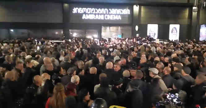 Protestai prie kinoteatro Amirani