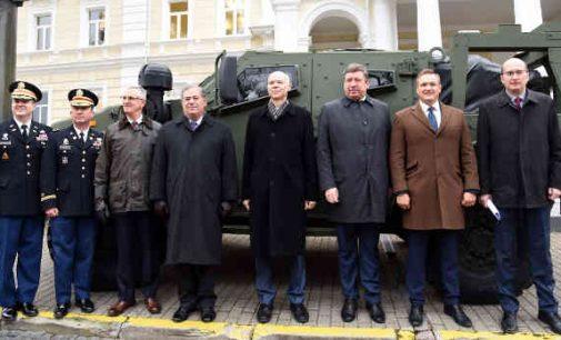 Pasirašyta sutartis pirkti 200 šarvuotų visureigių už 145 mln eurų