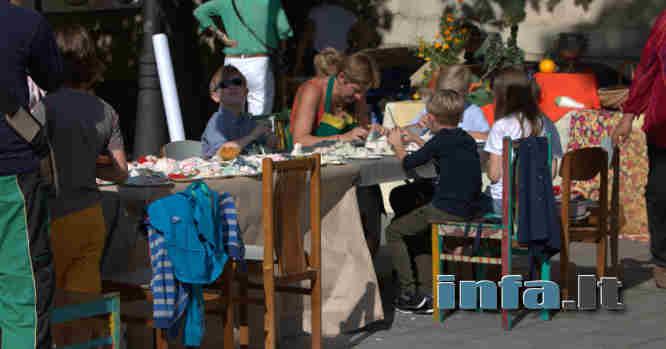 Vaikai lauke prie stalo žaidžia