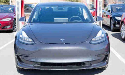 """Su naujais """"Tesla"""" akumuliatoriais elektromobiliai taps pigesniais už benzininius ir bus """"amžini"""""""