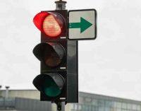 Tiek triukšmo sukėlusi panaikindama žaliąsias rodykles šviesoforuose, vyriausybė jas sugrąžina vėl