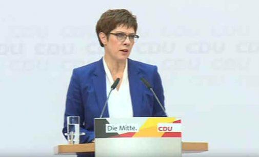 Vokietijos CDU lyderė atsistatydina po to, kai AfD padedama partija laimėjo rinkimus regione